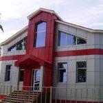 Современный дом с красными панелями для фасада