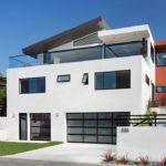 Современный стиль фасада с использованием белых панелей