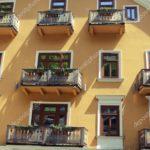 Старый желтый фасад
