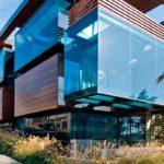 Стеклянный фасад с балконом