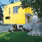 Стильный дом с желтым фасадом