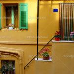Светлый оранжевый фасад для дома