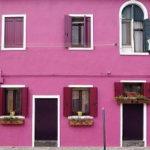 Темный оттенок розового фасада