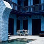 Вариант красивого фасада с помощью голубой плитки