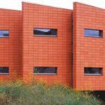 Вариант современного фасада с панелями орнажевого цвета