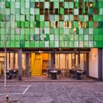Внешний вид дома из фасадных панелей зеленого цвета
