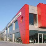 Яркие красные фасадные панели для дома