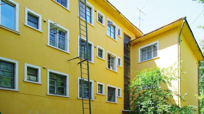 Яркий фасад с квадратными окнами