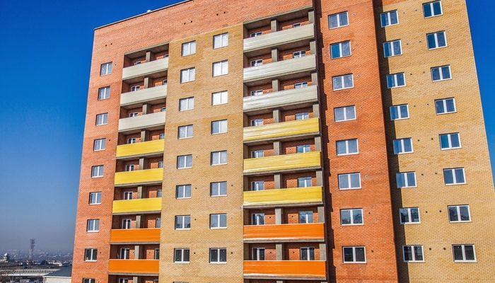 Яркий вариант фасада десятиэтажного дома