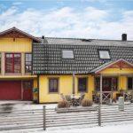 Желтый фасад дома