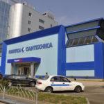 Здание с фасадом, созданным на основе голубой керамической плитки