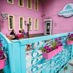 Здание с розовым фасадом