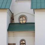 фасад с маленькими окнами