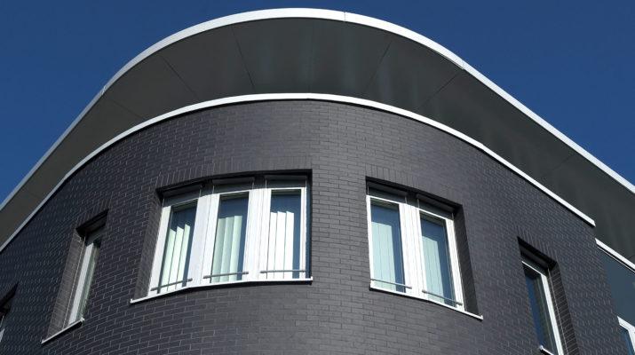 Черный оттенок современной плитки для фасада