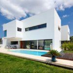 Дом с привлекательным фасадом на основе белой плитки