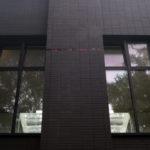 Фасад дома облицован клинкерной плиткой чёрного цвета