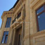 Фасад из коричневой практичной плитки для дома