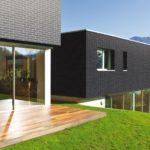 Насыщенный черный цвет плитки для оформления фасада