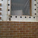 Отделка фасада дома коричневой практичной плиткой