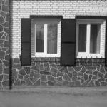 Пример применения натуральной плитки для фасада в белом оформлении