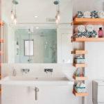 Полки в интерьере комфортной ванной комнаты